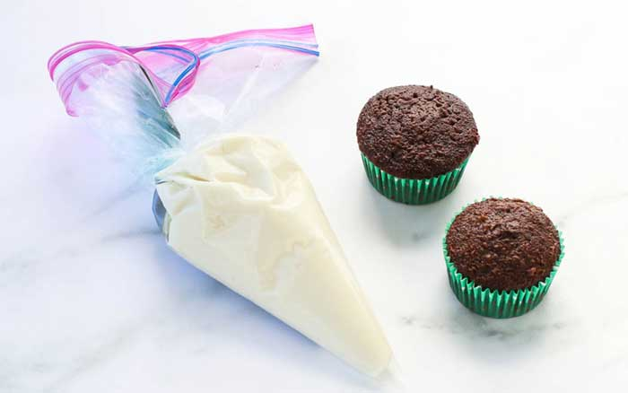 Pipe Frost Cupcakes with a Ziploc Bag
