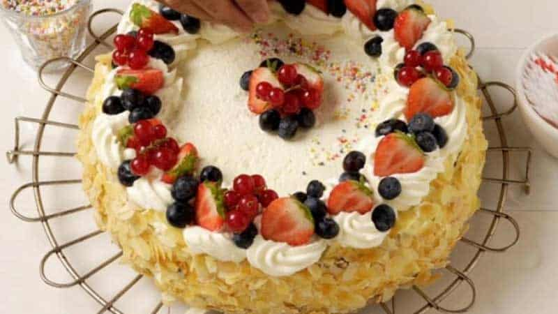 Creative Ways to Decorate a Cake Without Frosting