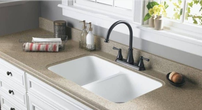 An undermount sink to a granite countertop